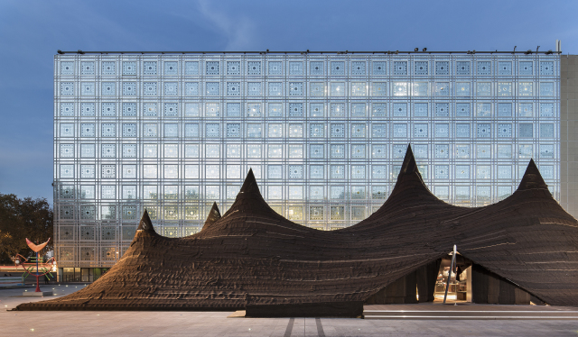 Flij, a temporary tent in the plaza of the Institut du Monde Arabe, 2014. Photo courtesy of Oualalou + Choi.